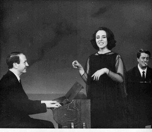 Gianni Ferrio accompagna al pianoforte Jula de Palma insieme al maestro Lelio Luttazzi (1964)