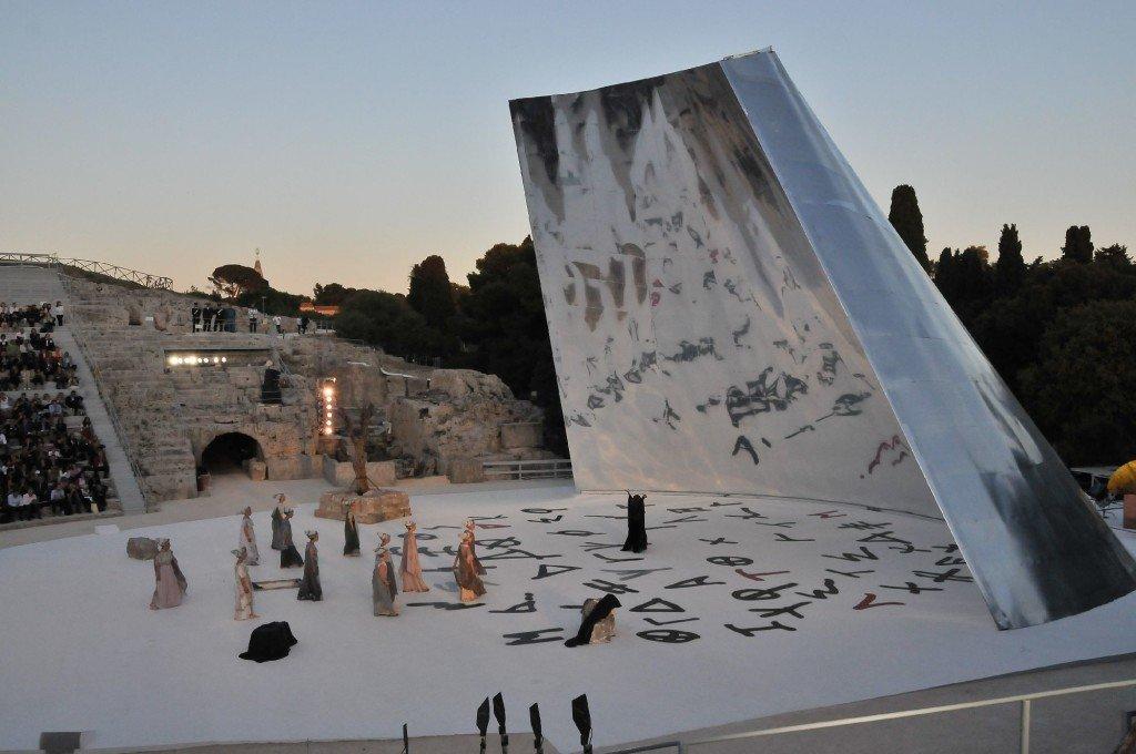 """Euripide, """"Medea"""", allestimenti scenici del Teatro Greco di Siracusa realizzati da Massimiliano e Doriana (Fuksas, 2009)"""