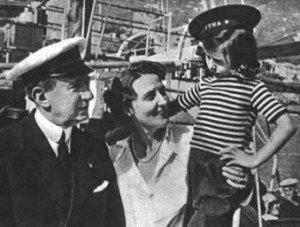 """Guglielmo Marconi, Maria Cristina Bezzi Scali, Elettra Marconi (sul panfilo """"Elettra"""" ancorato nelle acque di Viareggio)"""