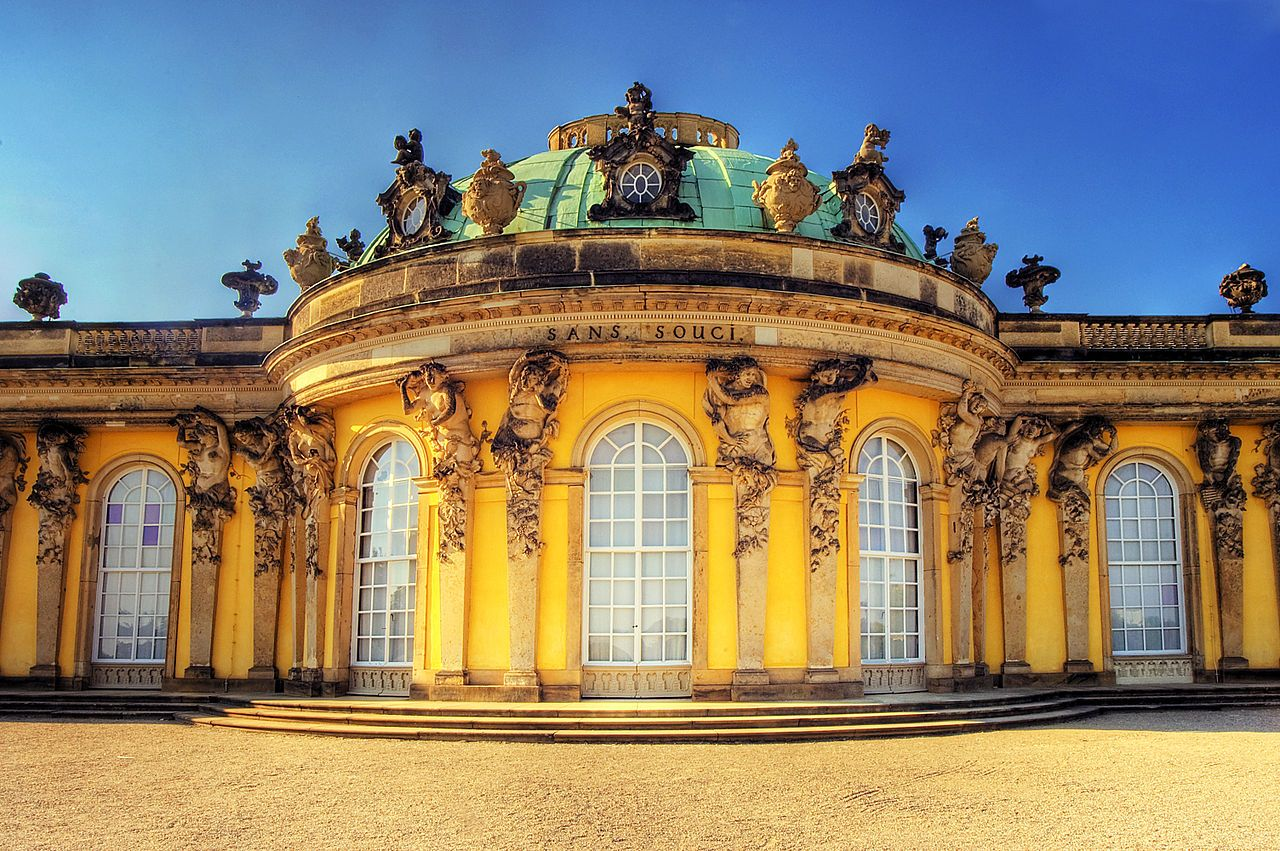 01-Georg-Wenzeslaus-von-Knobelsdorff-palazzo-di-Sans-Souci-particolare.-1744-Potsdam-castello-di-Sans-Souci-Copertina-CR-Sebastian-Wallroth-fonte-Wikipedia.jpg