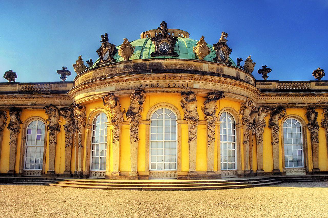 01-Georg-Wenzeslaus-von-Knobelsdorff-palazzo-di-Sans-Souci-particolare.-1744-Potsdam-castello-di-Sans-Souci-Copertina-CR-Sebastian-Wallroth-fonte-Wikipedia.jpg